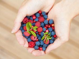 Делаем полезные маски для лица из свежих ягод