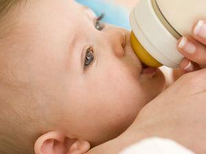 Как хранить грудное сцеженное молоко?
