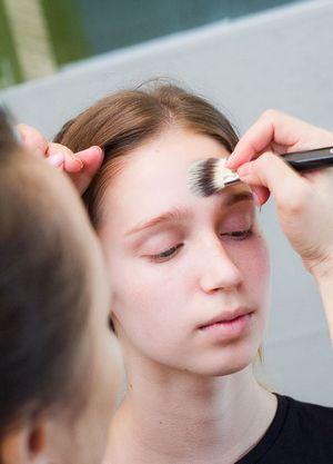 Как нанести вечерний макияж для карих глаз в домашних условиях